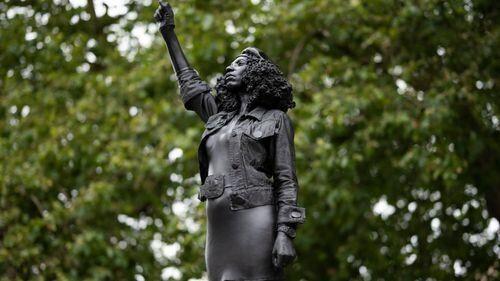À Bristol, la statue d'un marchand d'esclave remplacée par celle d'une manifestante Black Lives