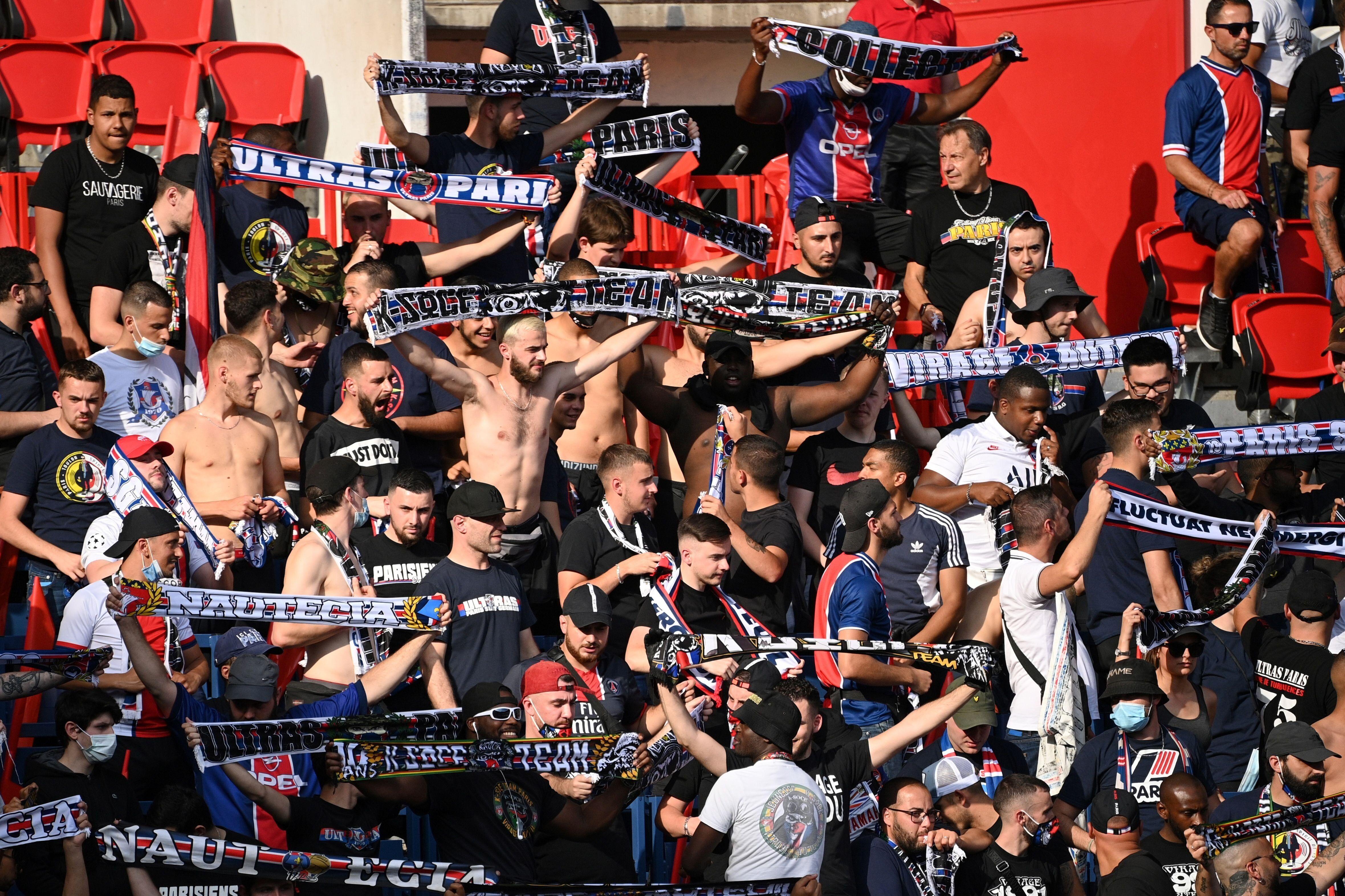 L'absence de distanciation sociale au Parc des Princes pendant la rencontre entre le PSG et Waasland-Beveren...