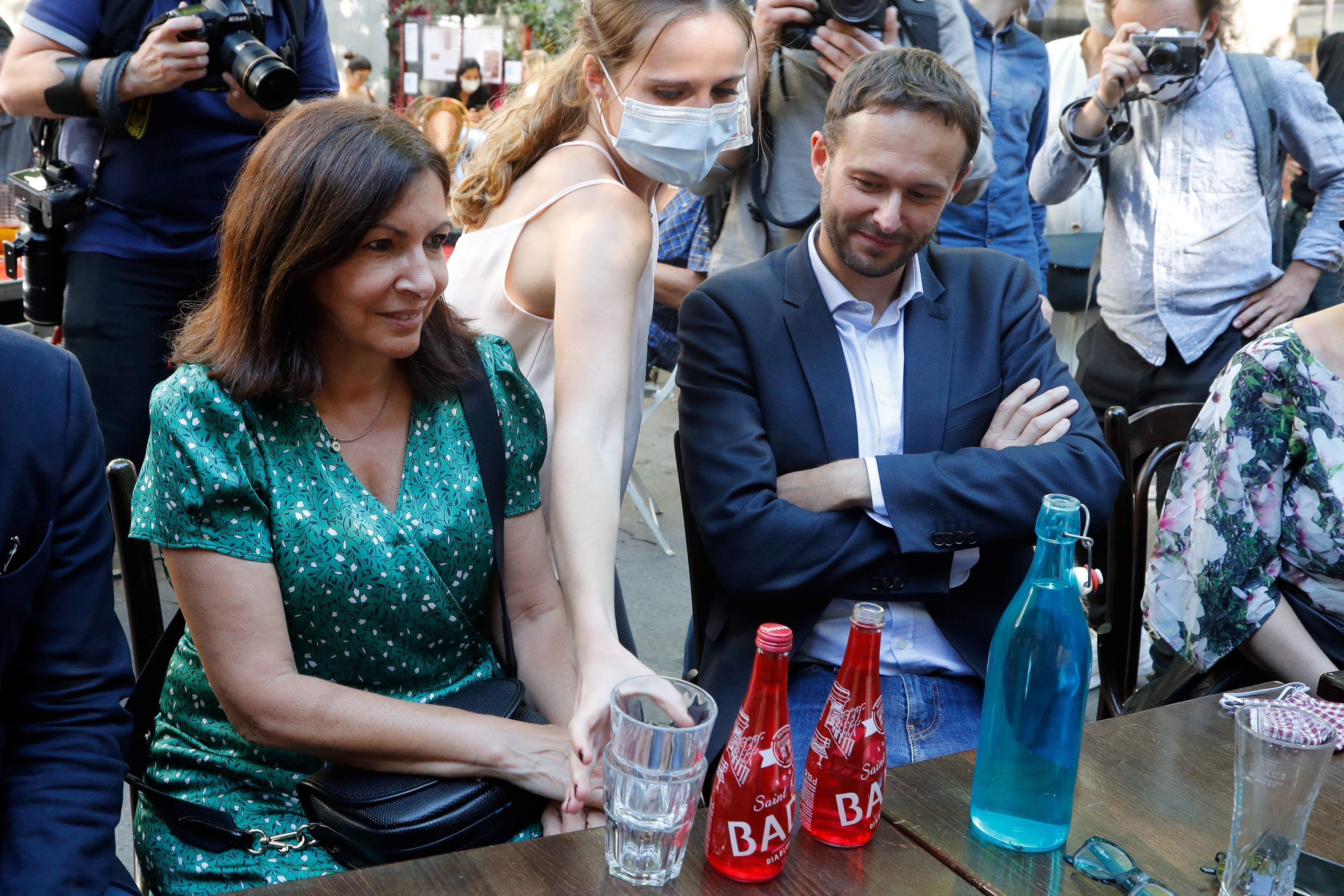 Anne Hidalgo et l'ex-tête de liste EELV David Belliard scellant leur accord le 2 juin à