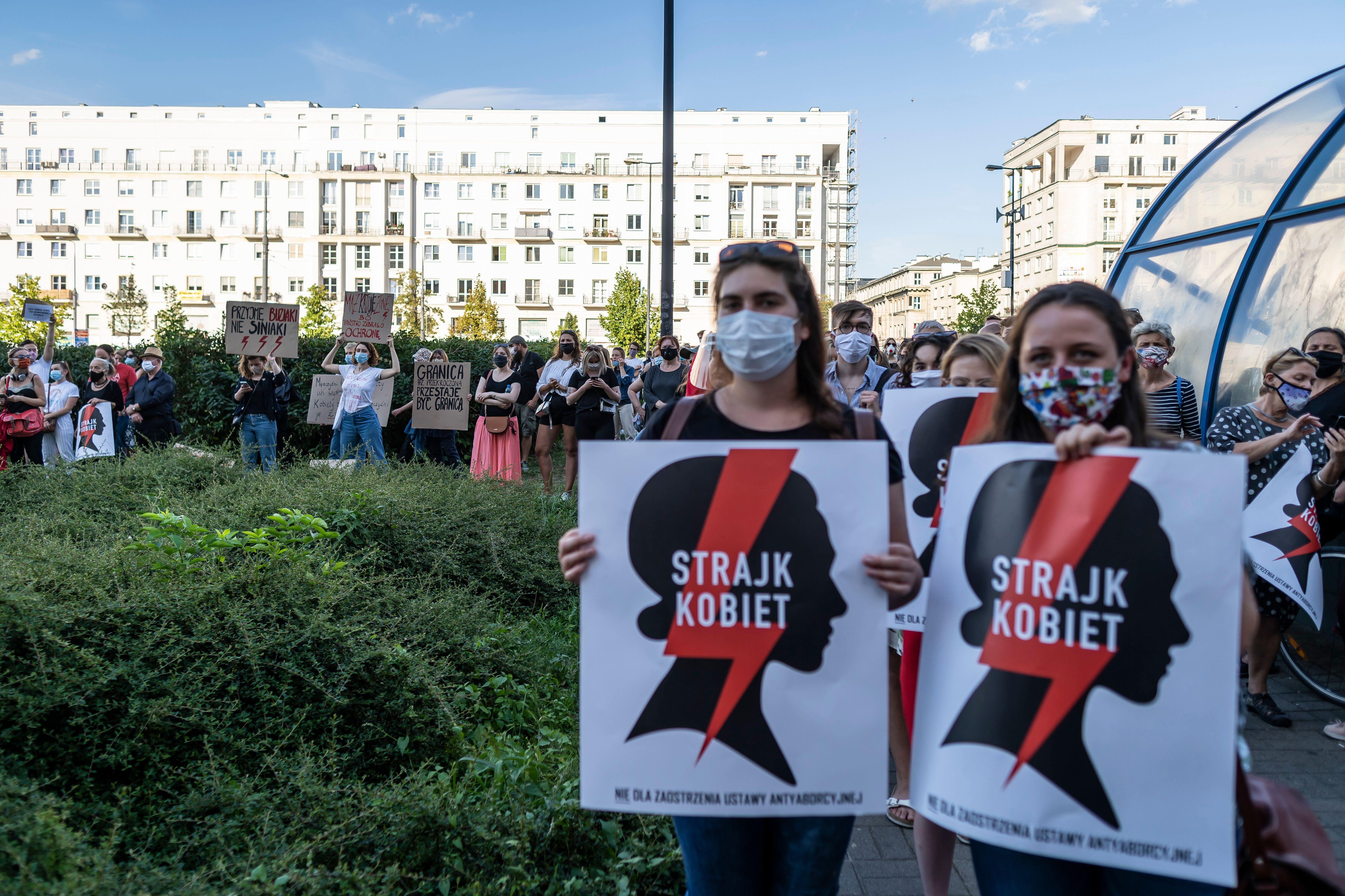Des manifestants protestant contre le projet du gouvernement polonais de se retirer de la Convention...