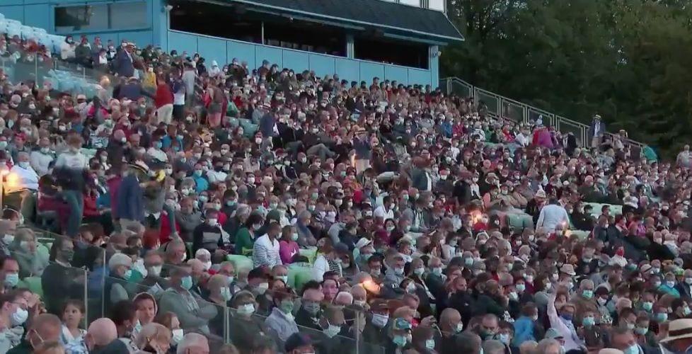 Les images de ces milliers de personnes massées dans les tribunes du Puy du Fou ont fait polémique, alors...