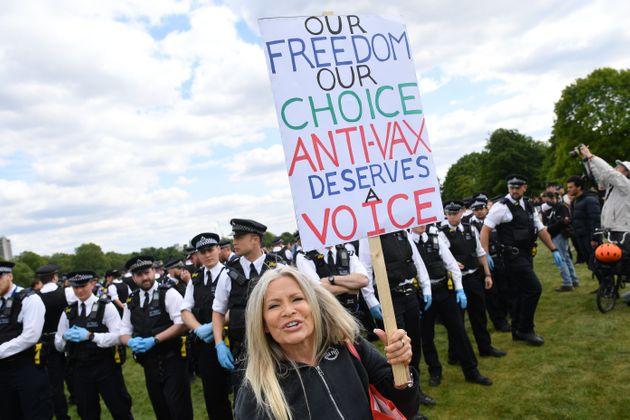 Une manifestante brandit une pancarte portant un slogan antivaccination pendant une manifestationcontre...
