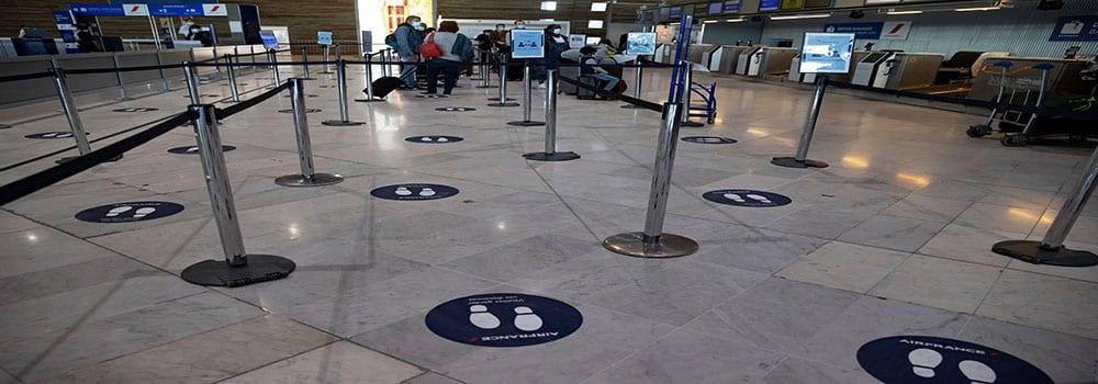Face au coronavirus, la stratégie française dans les aéroports interroge