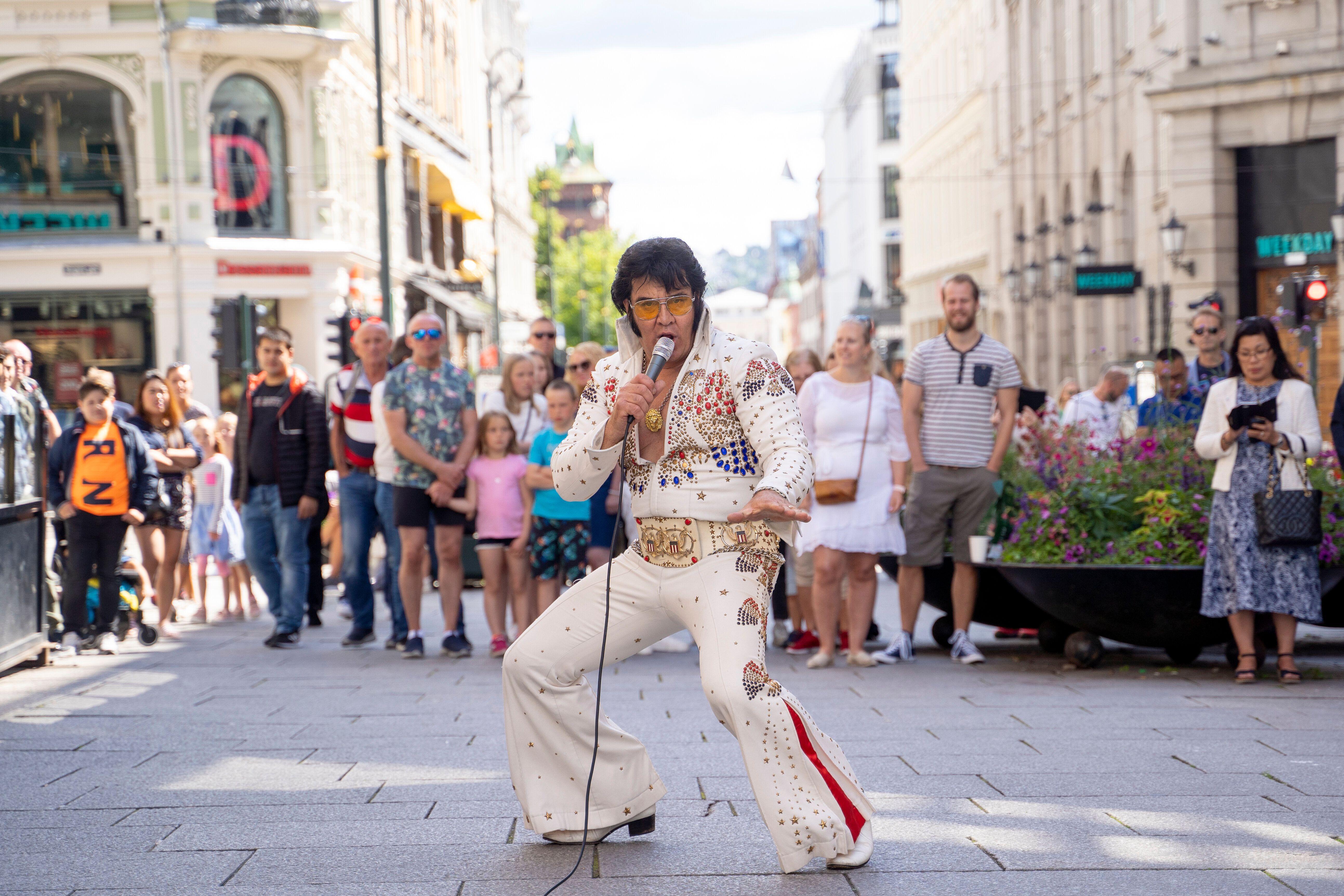 L'artiste norvégien Kjell Elvis, ici se produisant dans le centre d'Oslo pour tenter de battre...