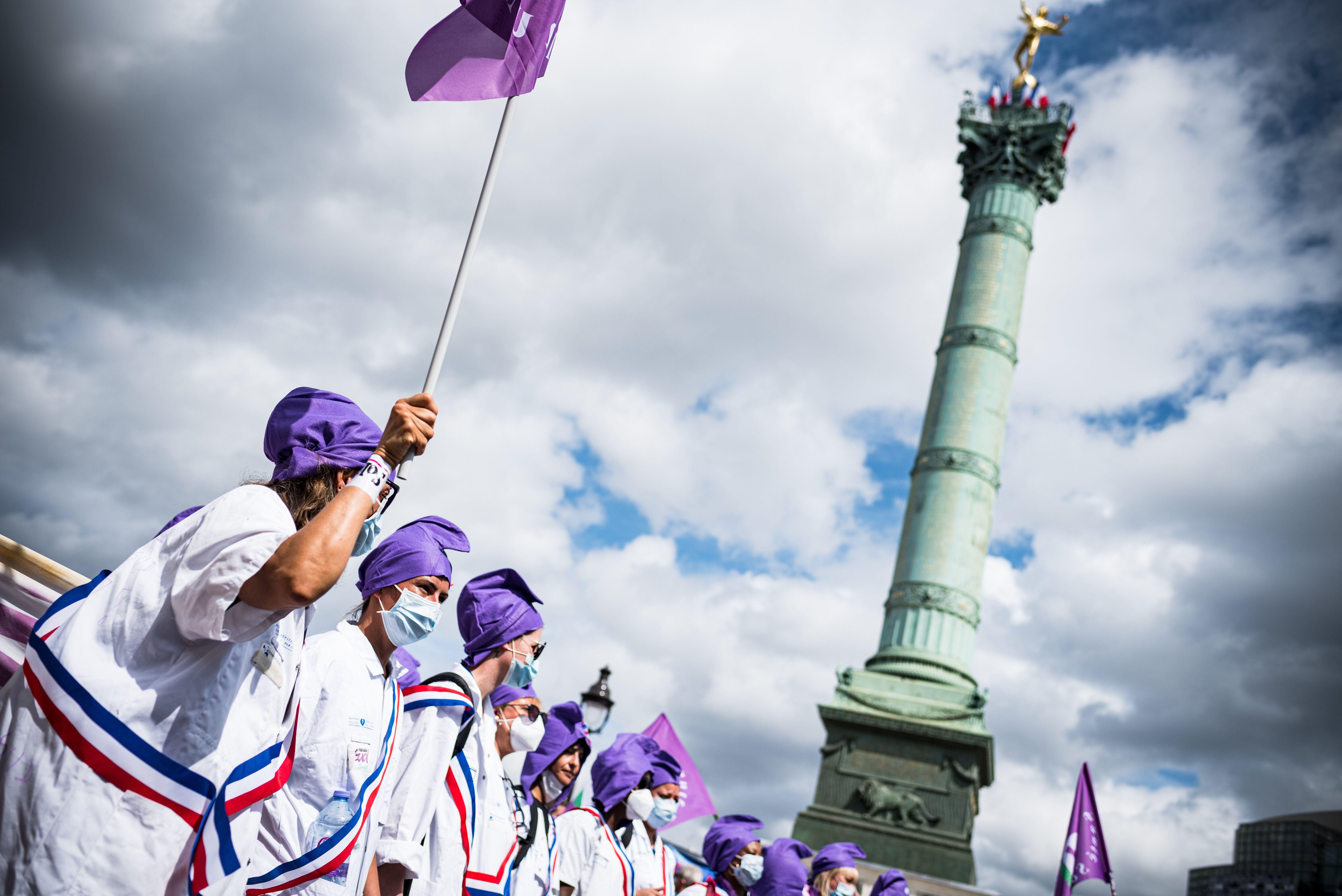 Une manifestation de soignants le 14 juillet 2020 place de la Bastille à Paris, en parallèle...
