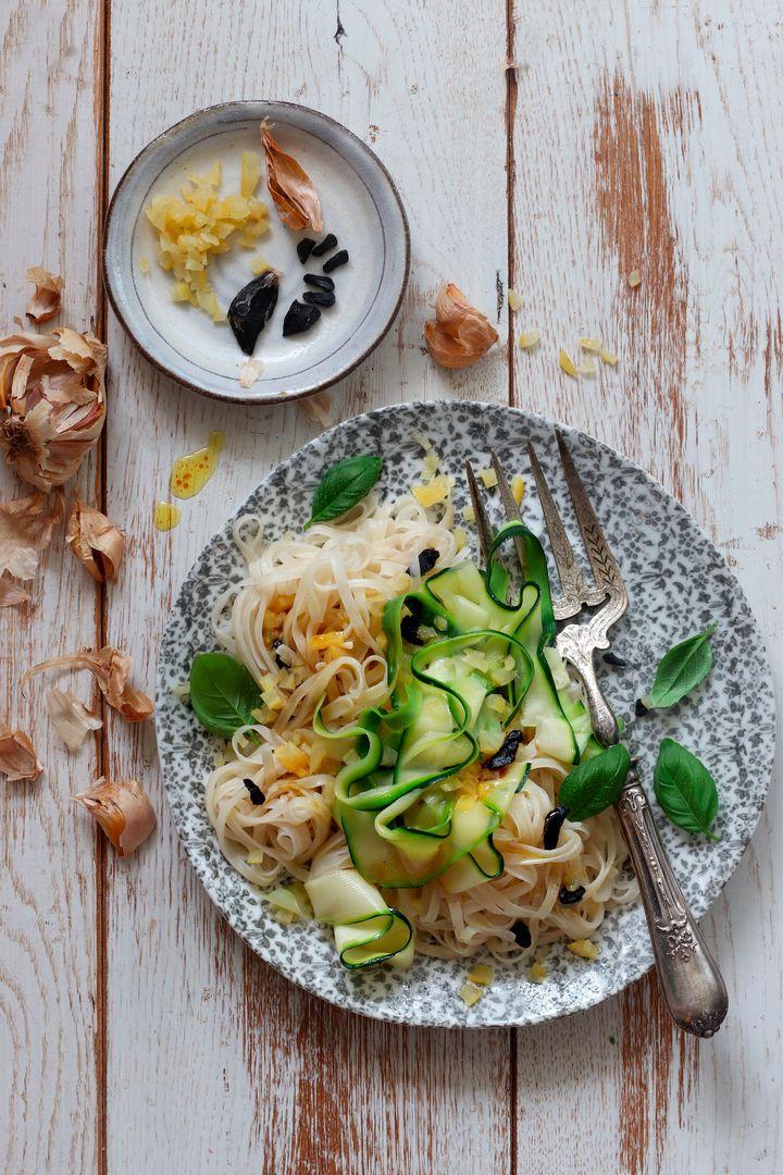 Tagliatelles de riz à l'ail noir, courgettes et citron confit