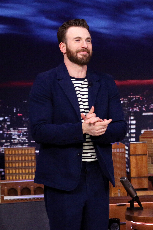 Chris Evans, ici sur le plateau de Jimmy Fallon au mois de novembre 2019, a toute l'attention de ses...