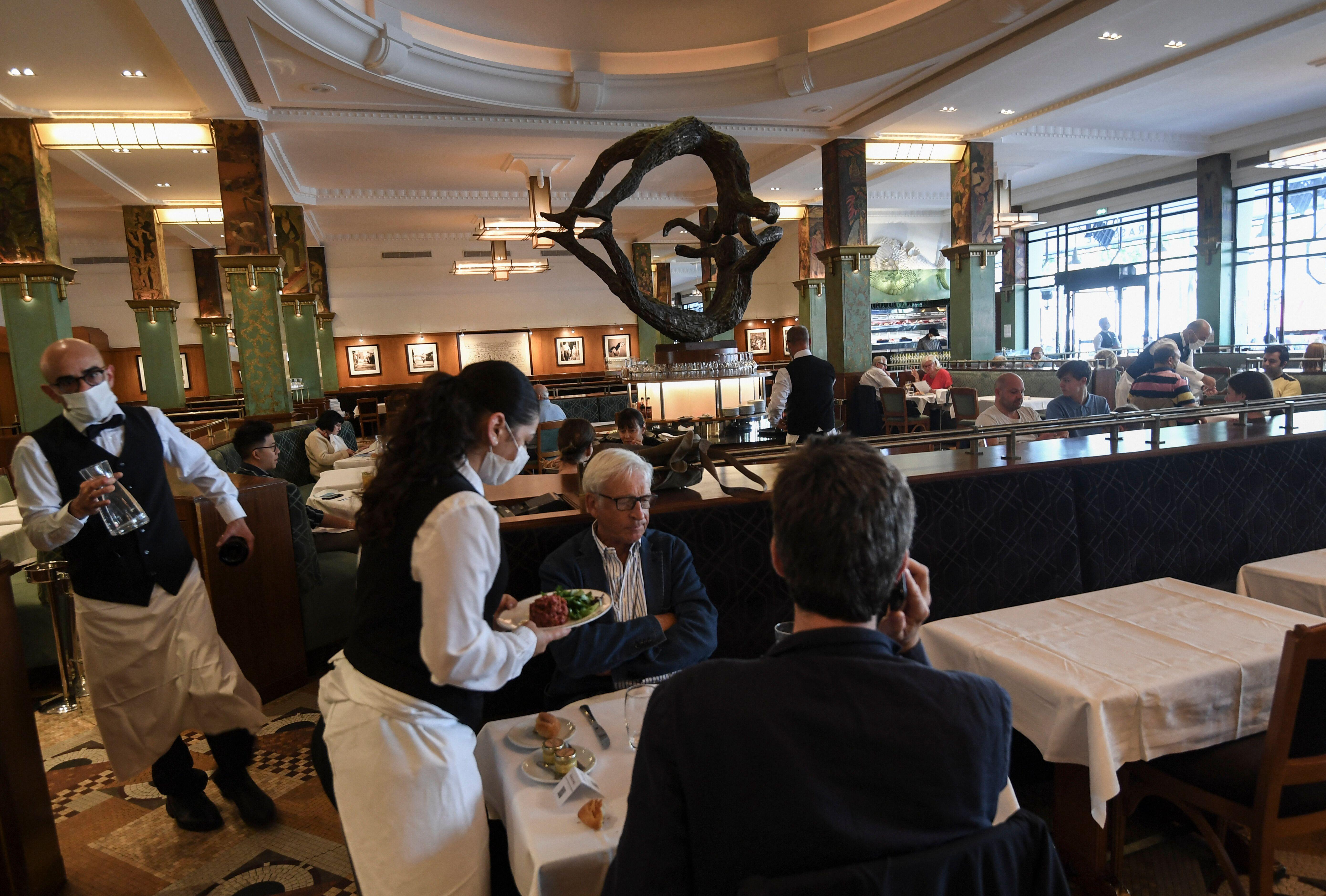 Au restaurant La Coupole, à Paris, le 15 juin