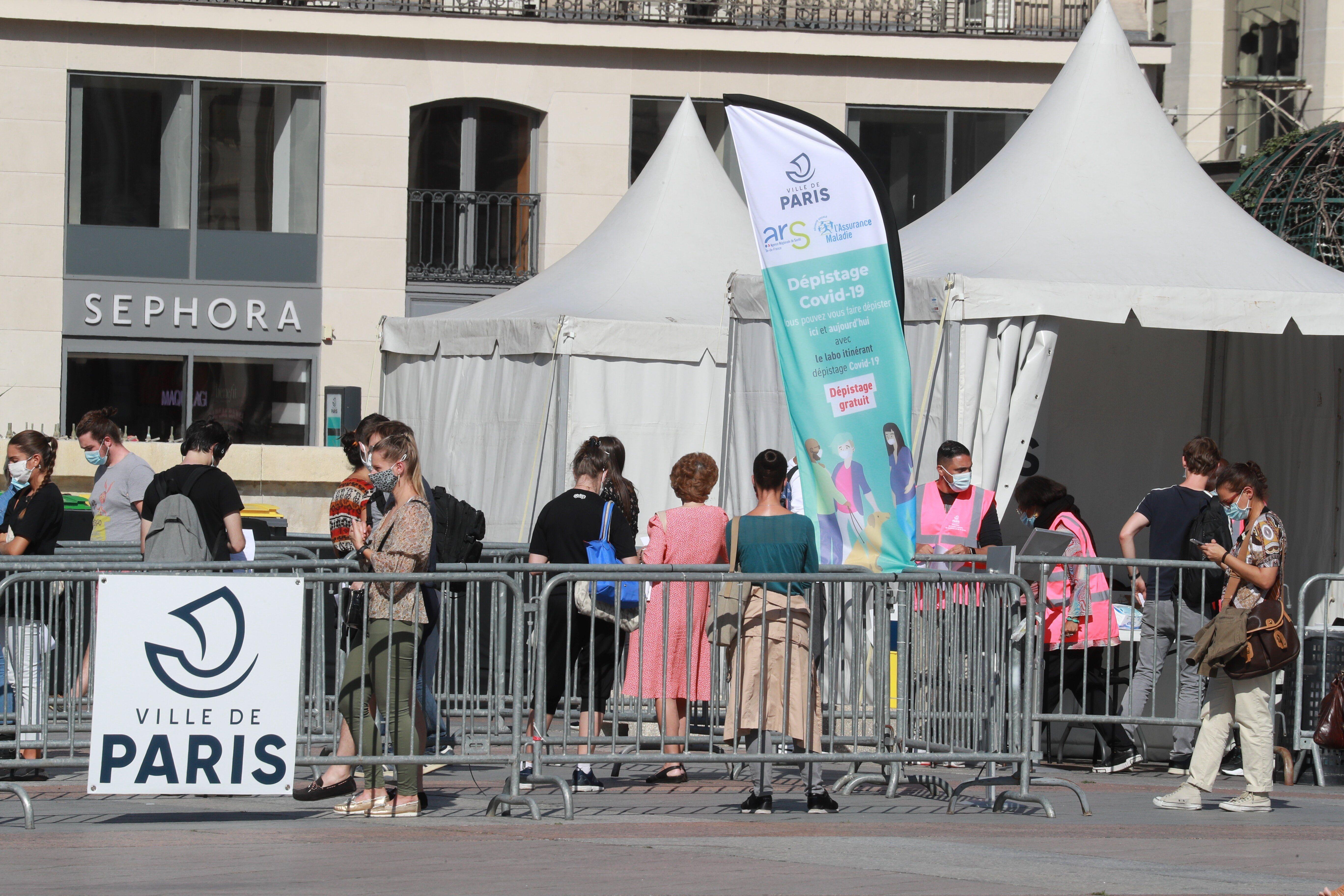 Devant un stand de test Covid-19 installé devant l'Hôtel de Ville à Paris, le 7 septembre