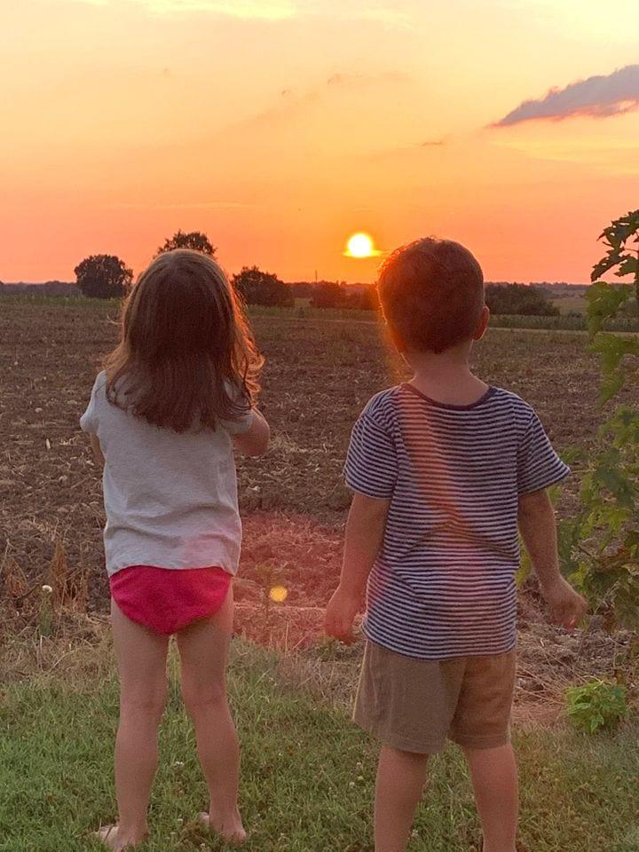 Le soleil qui se couche sur cet été un peu particulier. Cette photo de mes jumeaux admirant le soleil qui quitte le jour (photo sans filtre !) restera une de celles de mon été.