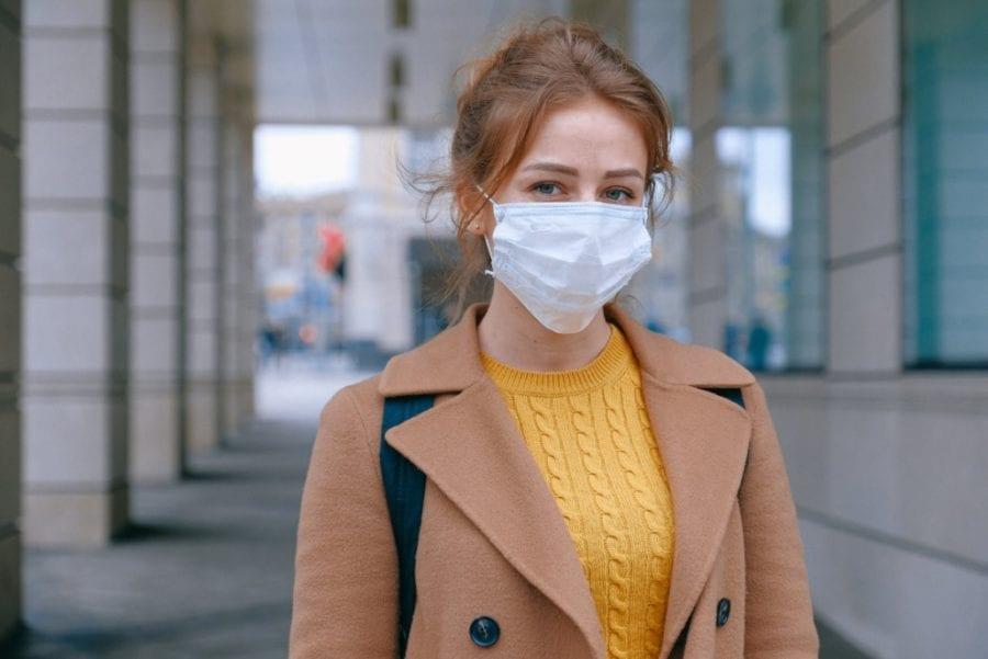 jeune femme portant un masque chirurgical covid 19