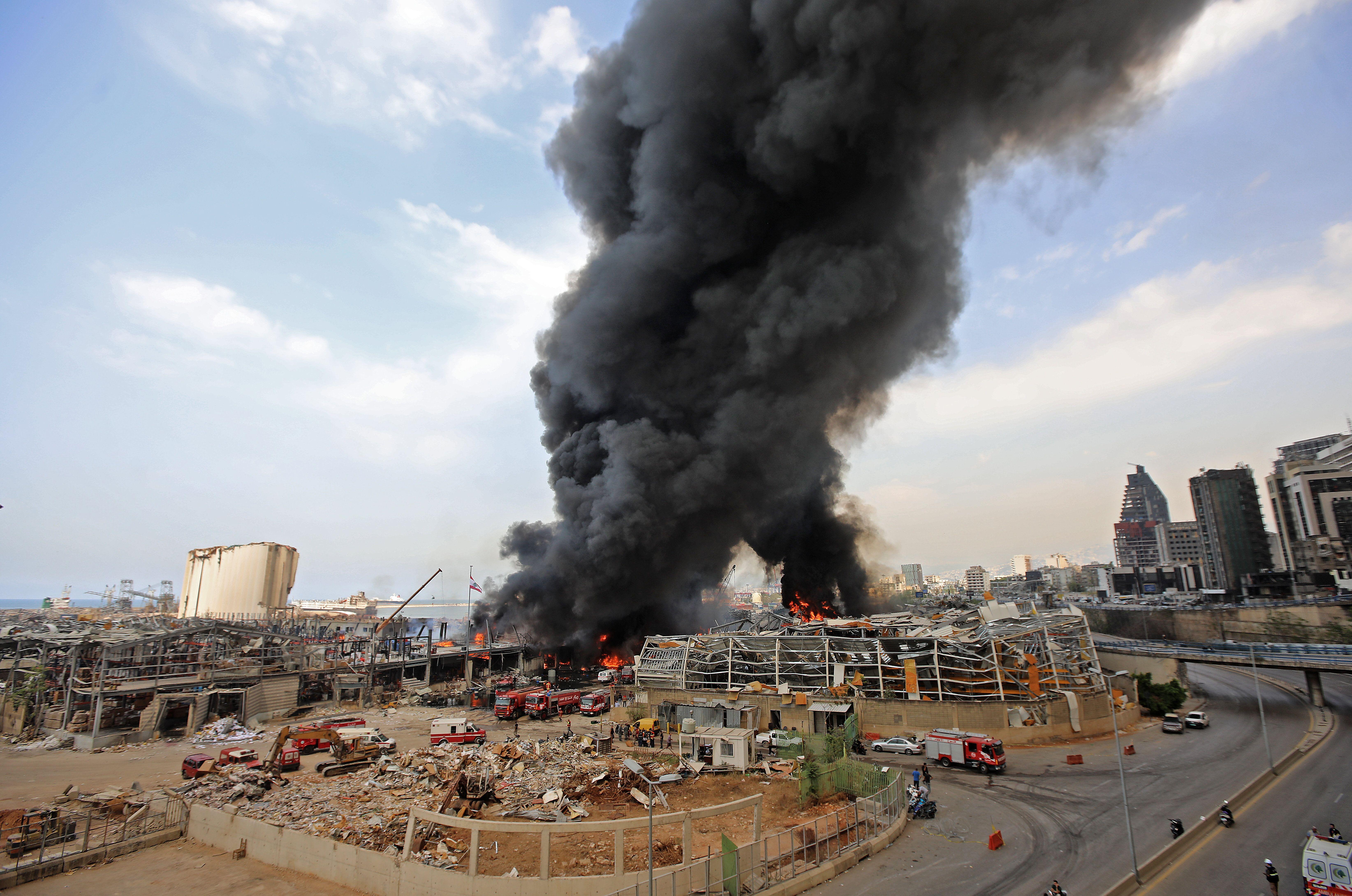 Les pompiers tentent d'éteindre un incendie qui s'est déclaré dans la zone portuaire...