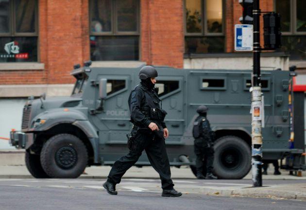 Des policiers d'un groupe d'intervention devant les locaux d'Ubisoft à Montréal le vendredi 13