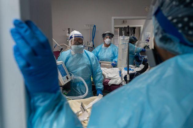 Plus de 2200 morts et 200.000 nouveaux cas de Covid-19 en 24h aux États-Unis (Photo d'illustration...