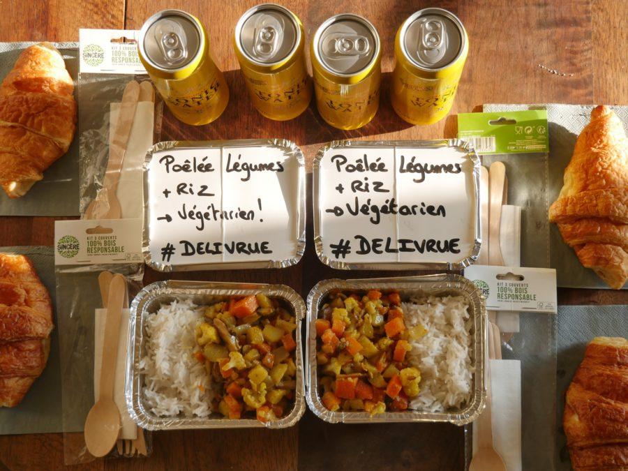 barquette contenant du riz des légumes canettes de limonade croissant couvert