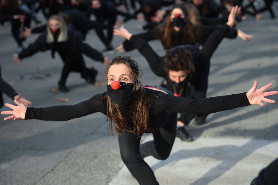 Cent-quatre-vingtsartistes du collectif LesEssentiels dansent à Montpellier, le 12décembre,...