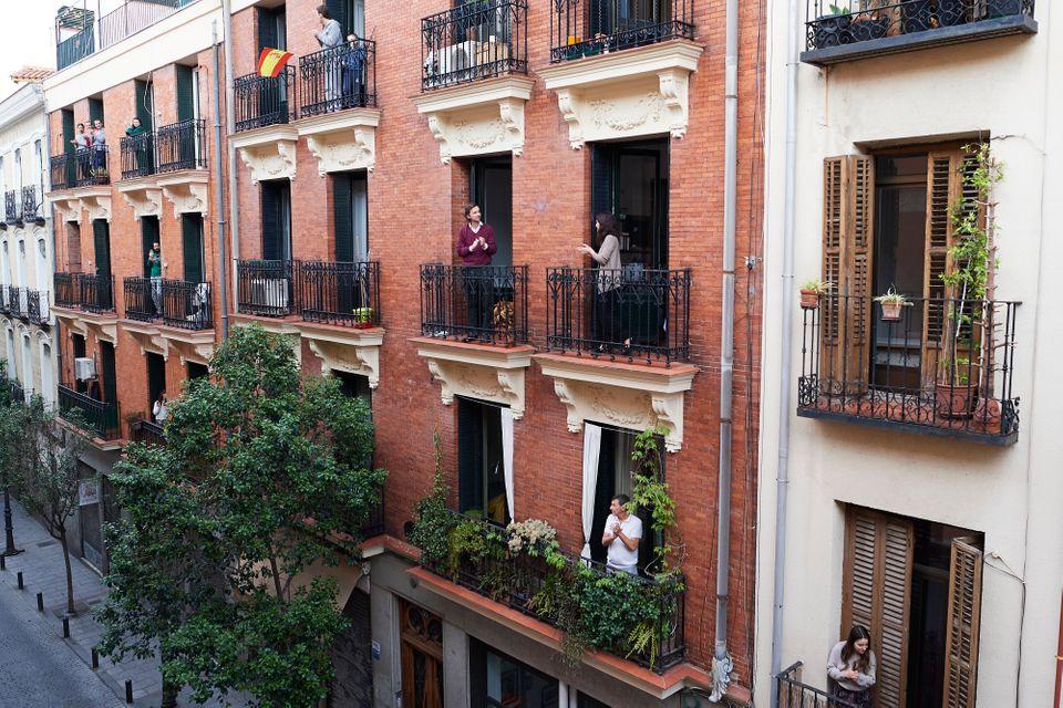 Les Espagnols sortent applaudir sur leur balcon pour rendre hommage au personnel sanitaire qui se bat...