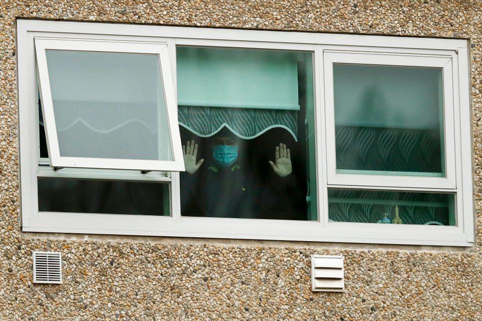 Un homme regarde par la fenêtre des FlemingtonTowers, un complexe de logements sociaux...