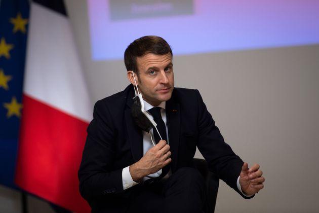 Emmanuel Macron lors de son déplacement à la CAF de Tours le 5 janvier 2021 (photo