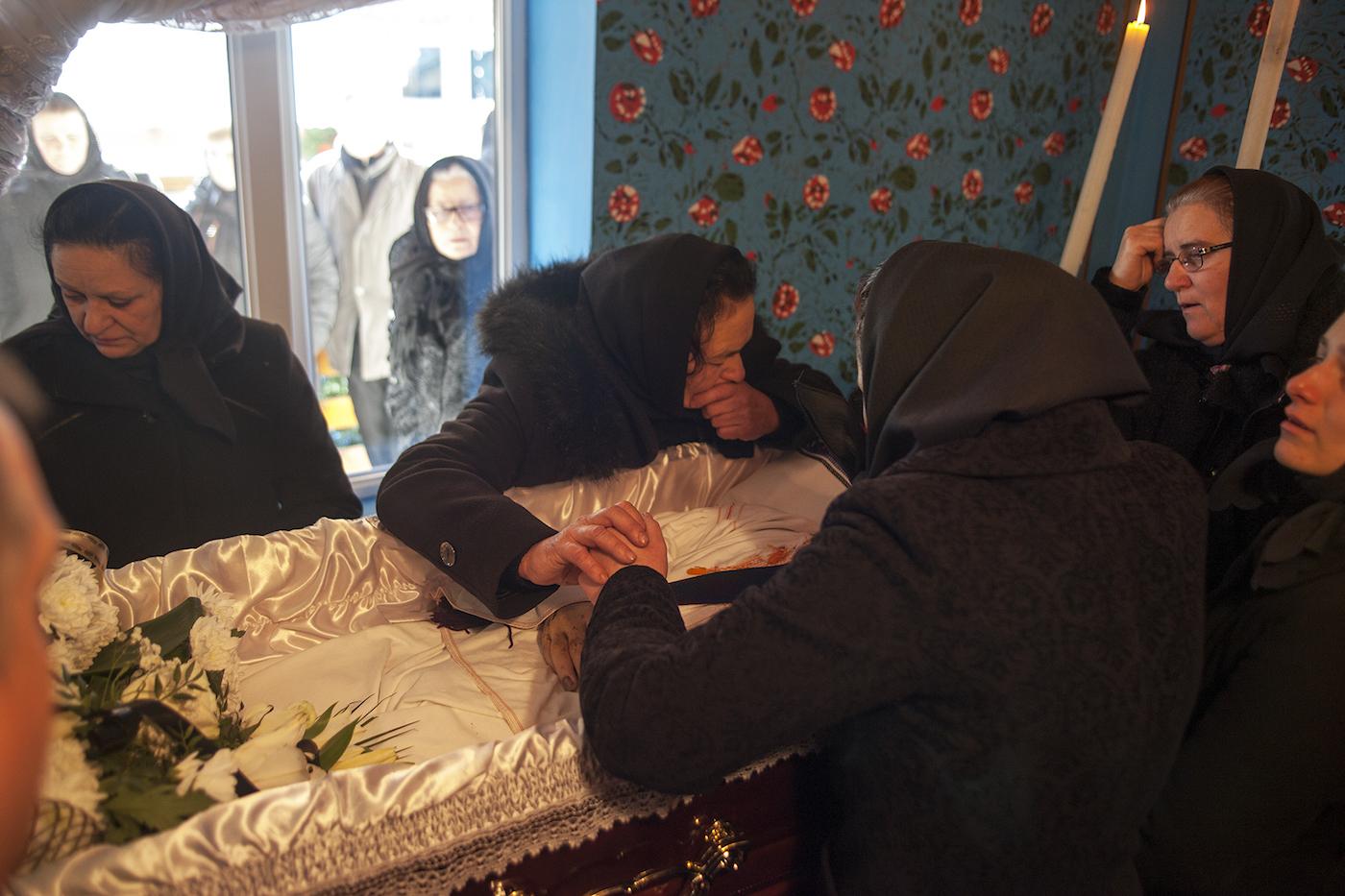 À Săpânța, on conserve les morts pendant trois jours dans une pièce de la maison spécialement préparée pour ça.