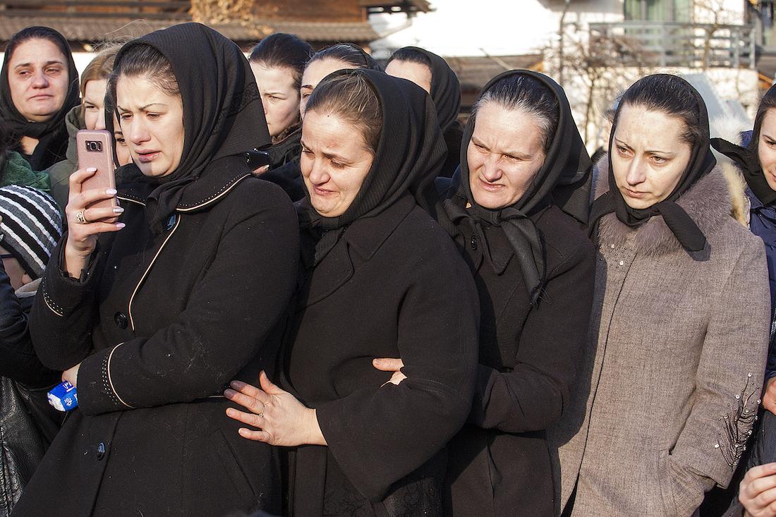 Des proches du jeune disparu filment l'enterrement avec leur smartphone.