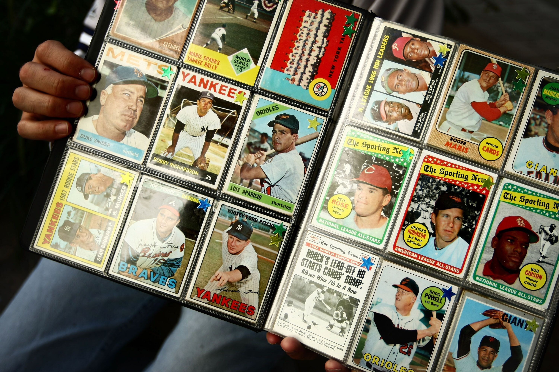 Une collection de cartes de baseball au Yankee Stadium, à New York, en