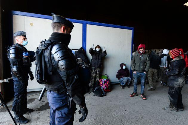 Les gendarmes intervenant samedi 2 janvier 2021 à Lieuron, près de Rennes, où se...