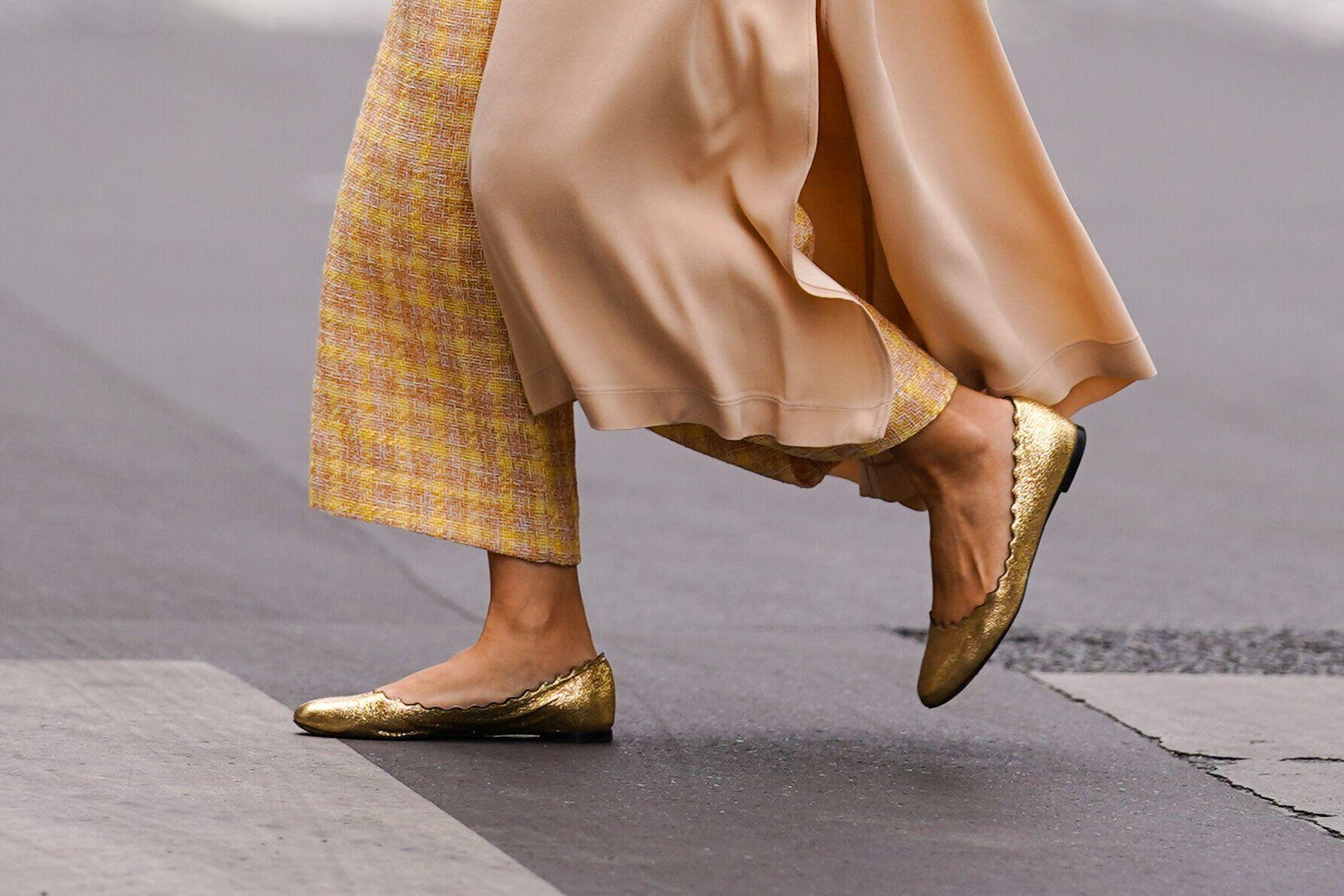 La ballerine n'a pas dit son dernier mot, comme ici aux pieds d'une passante à Paris, au mois...