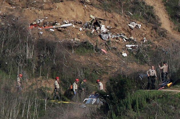Les enquêteurs sur le lieu de l'accident d'hélicoptère à Calabasas en Californie,...