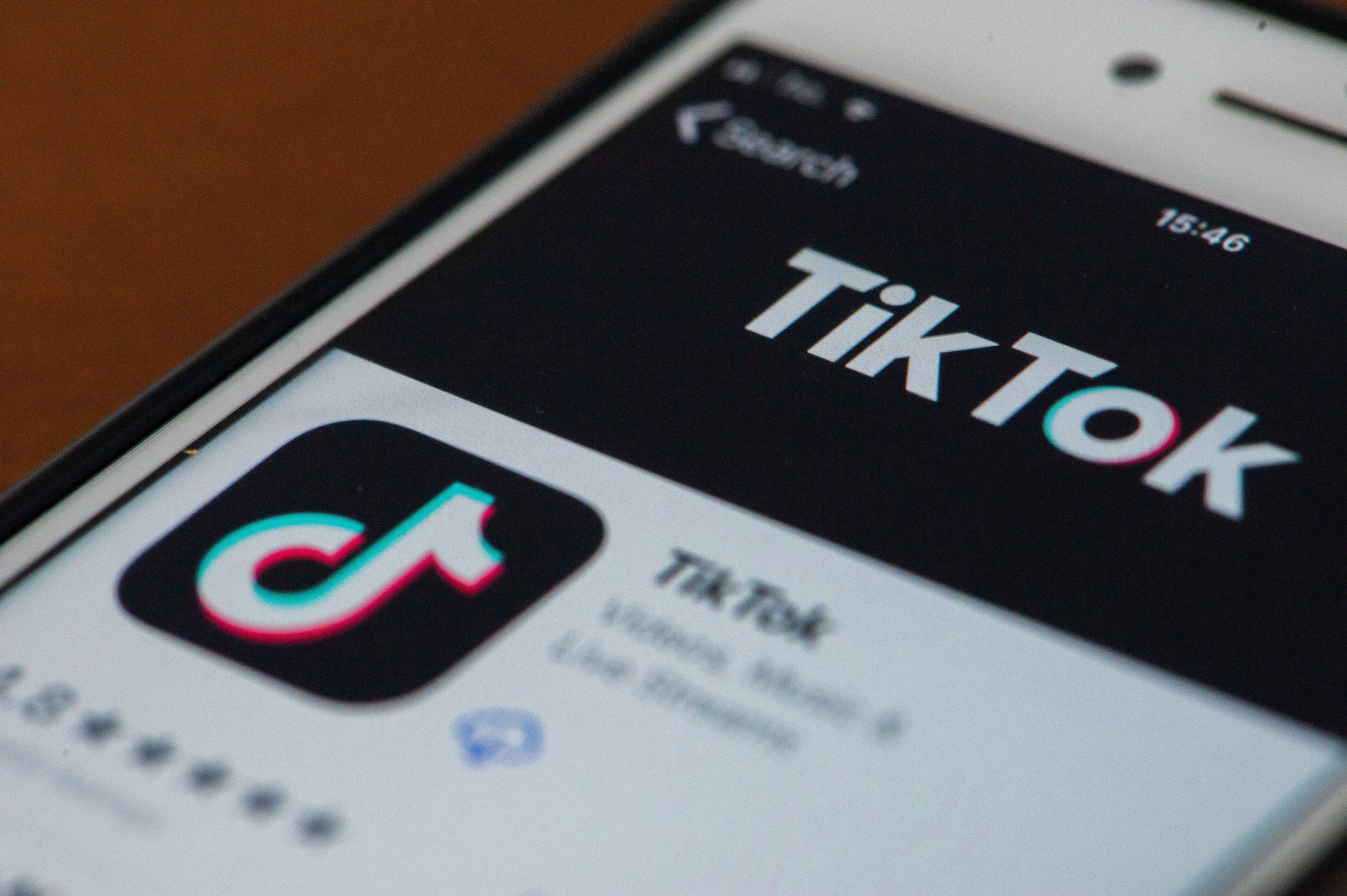 Un utilisateur de TikTok sur son iPhone à L'Aquila en Italie, le 23 janvier