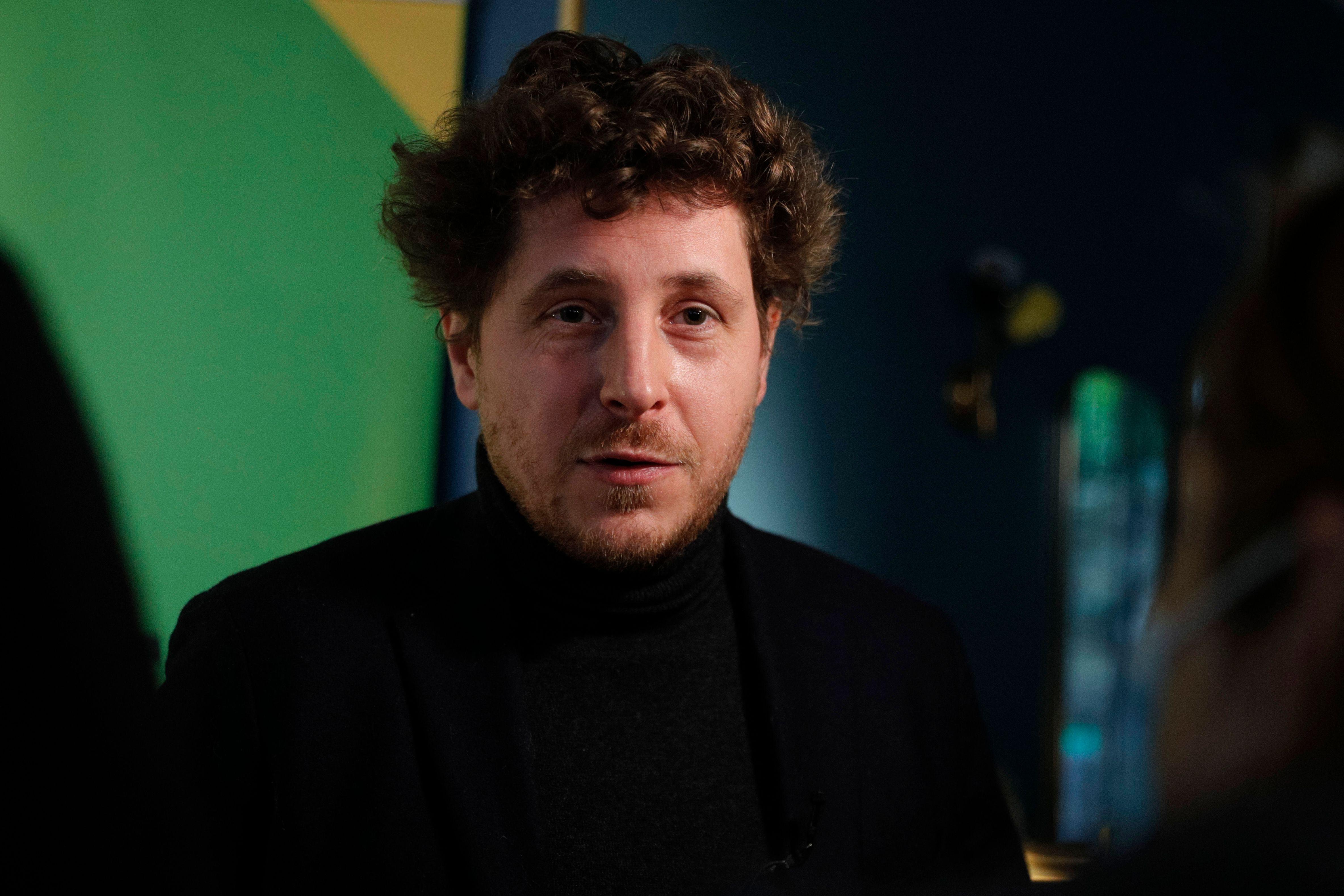 Julian Bayou, le chef des écolos, lors d'une conférence de presse le 19 janvier
