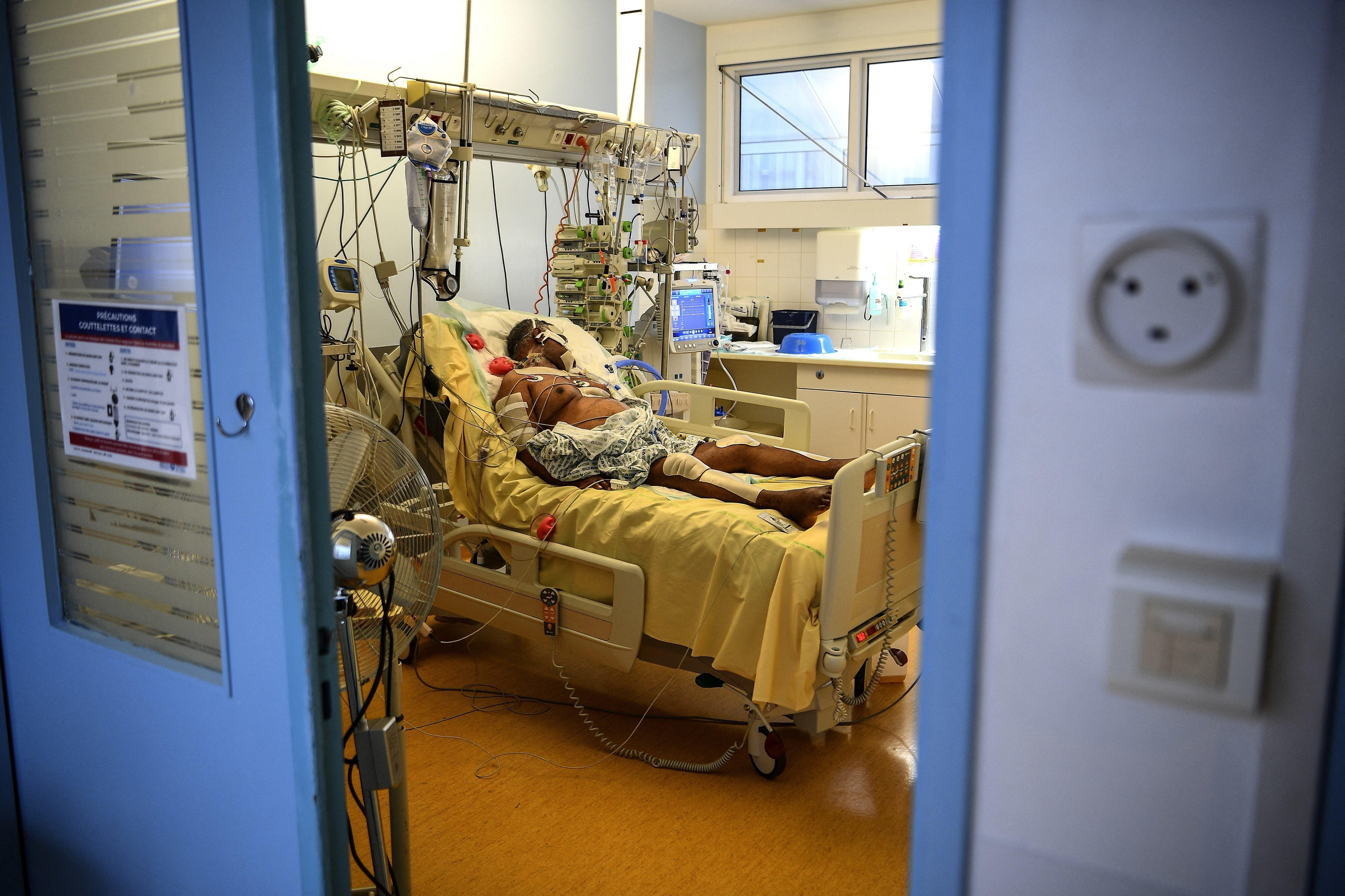 Face au Covid, le tri des patients va commencer dans 15 jours, alerte l'AP-HP (photo d'un patient sous...