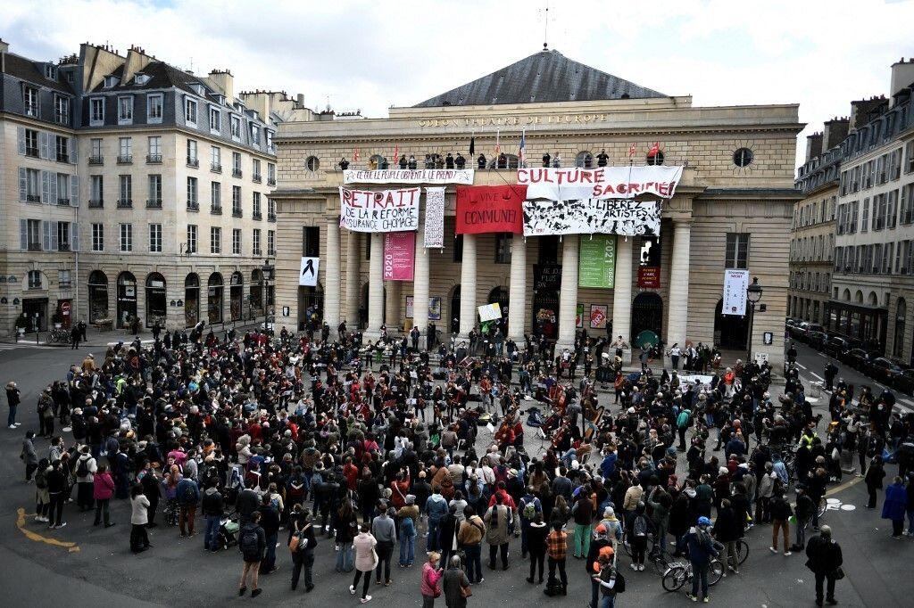 Des musiciens donnant un concert classique devant le théâtre de l'Odéon, à Paris, le 27 mars