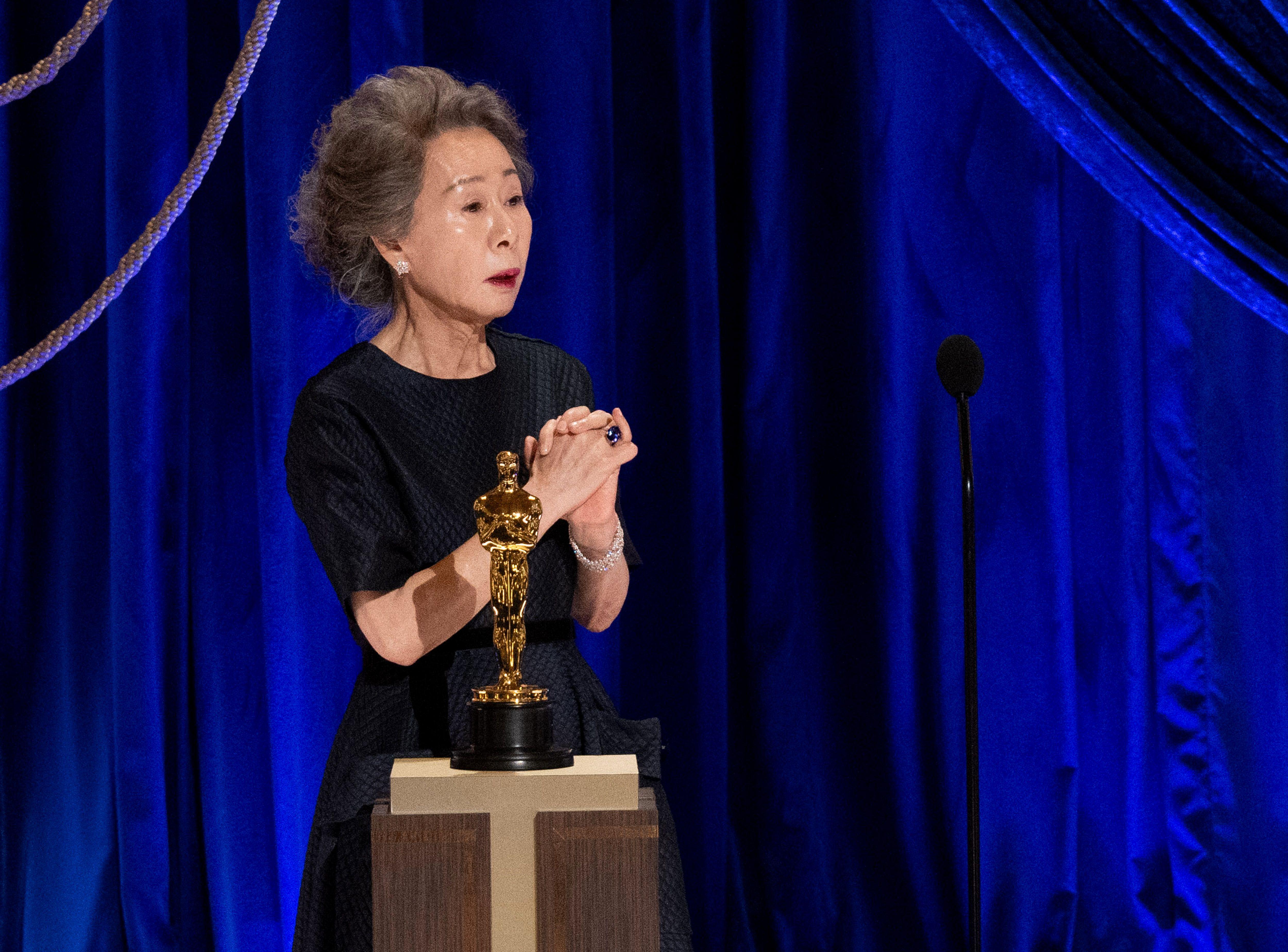 Youn Yuh-jung, ce lundi 26 avril, sur la scène des Oscars, à Los