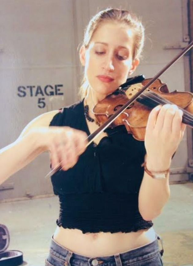 L'autrice en pleine répétition de violon aux Silvercup Studios de New York, lors...