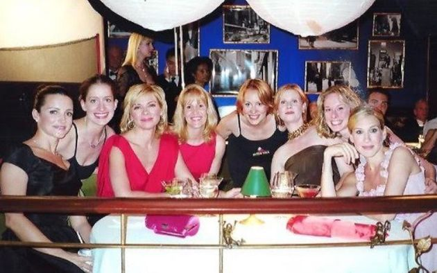 L'autrice (deuxième en partant de la gauche) en compagnie des stars de Sex and the City...