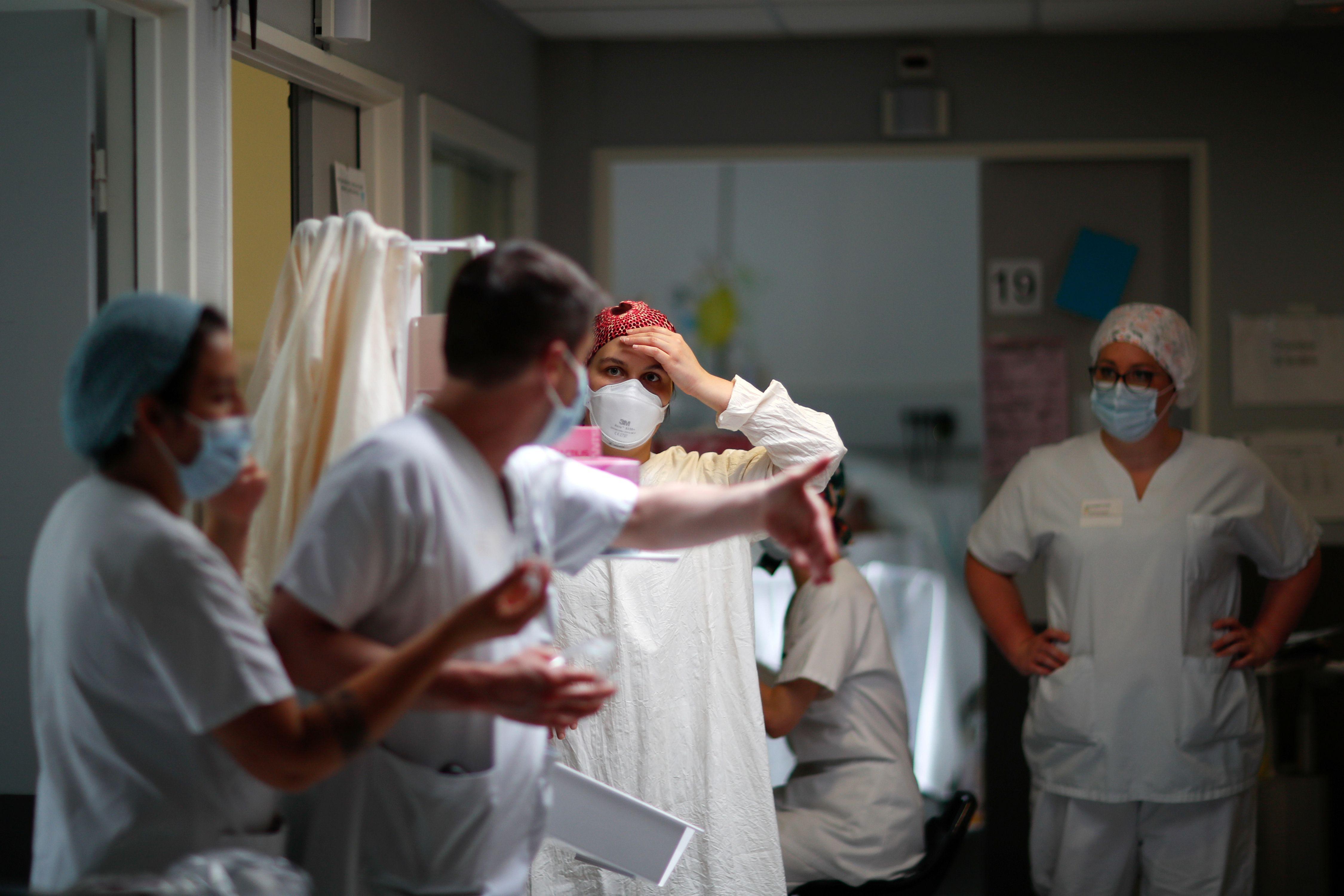 Un docteur et une interne à l'hôpital Robert Ballanger à Aulnay-sous-Bois, en Seine-Saint-Denis,...