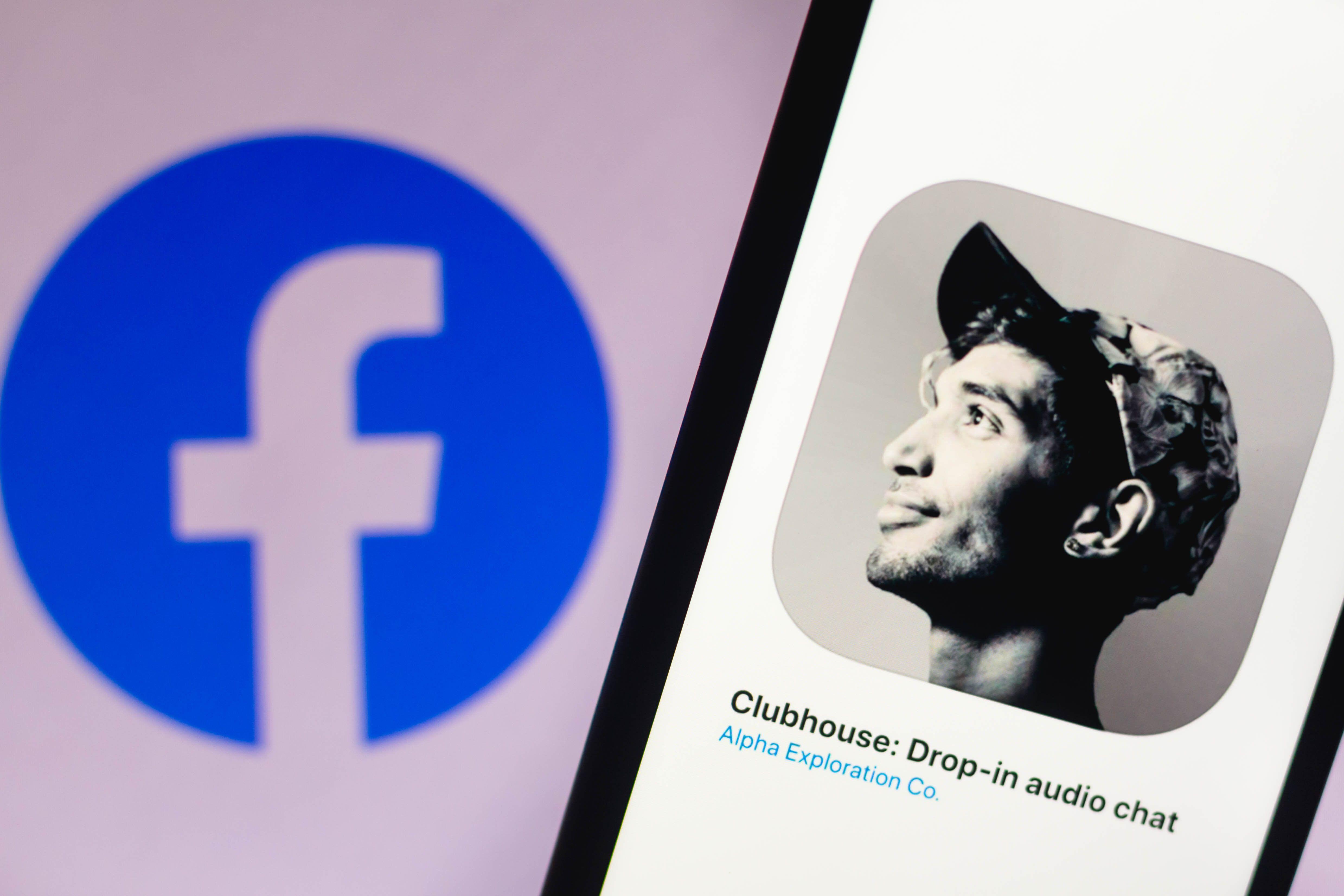 L'application Clubhouse devant le logo de l'entreprise