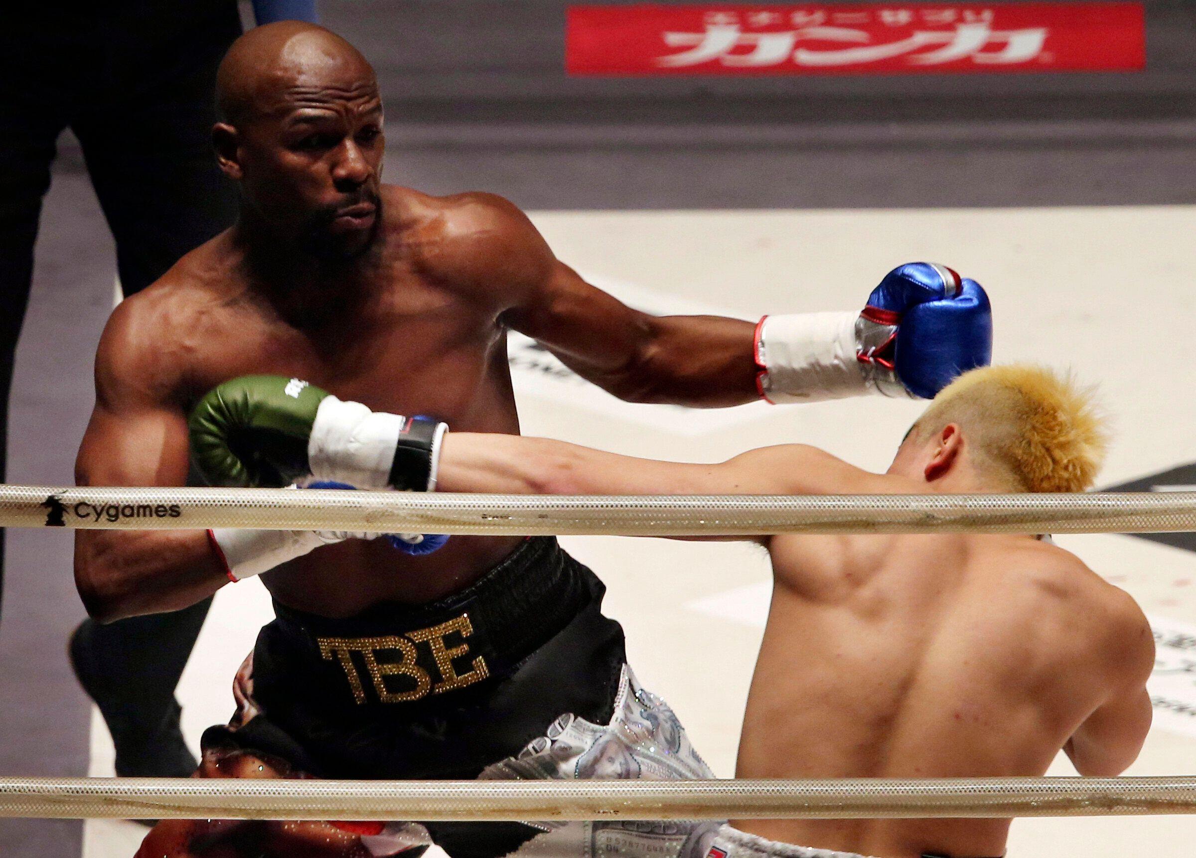 Floyd Mayweather Jr., à gauche, lors d'un match d'exhibition face au Japonais Tenshin Nasukawa,...