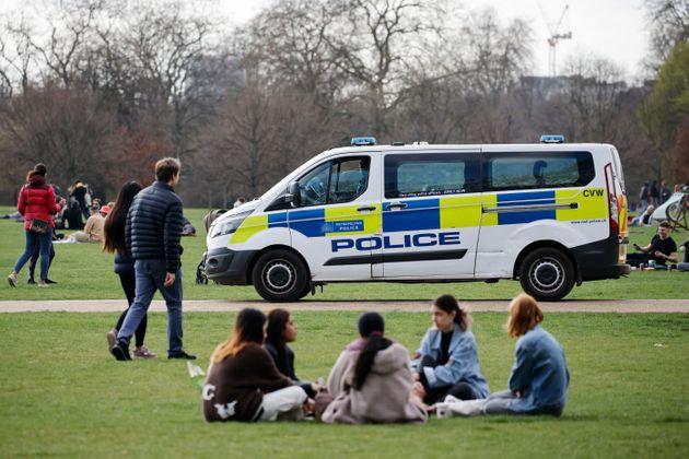 La police patrouille à Hyde Park le 2 avril, alors que les Britanniques profitent des premiers...