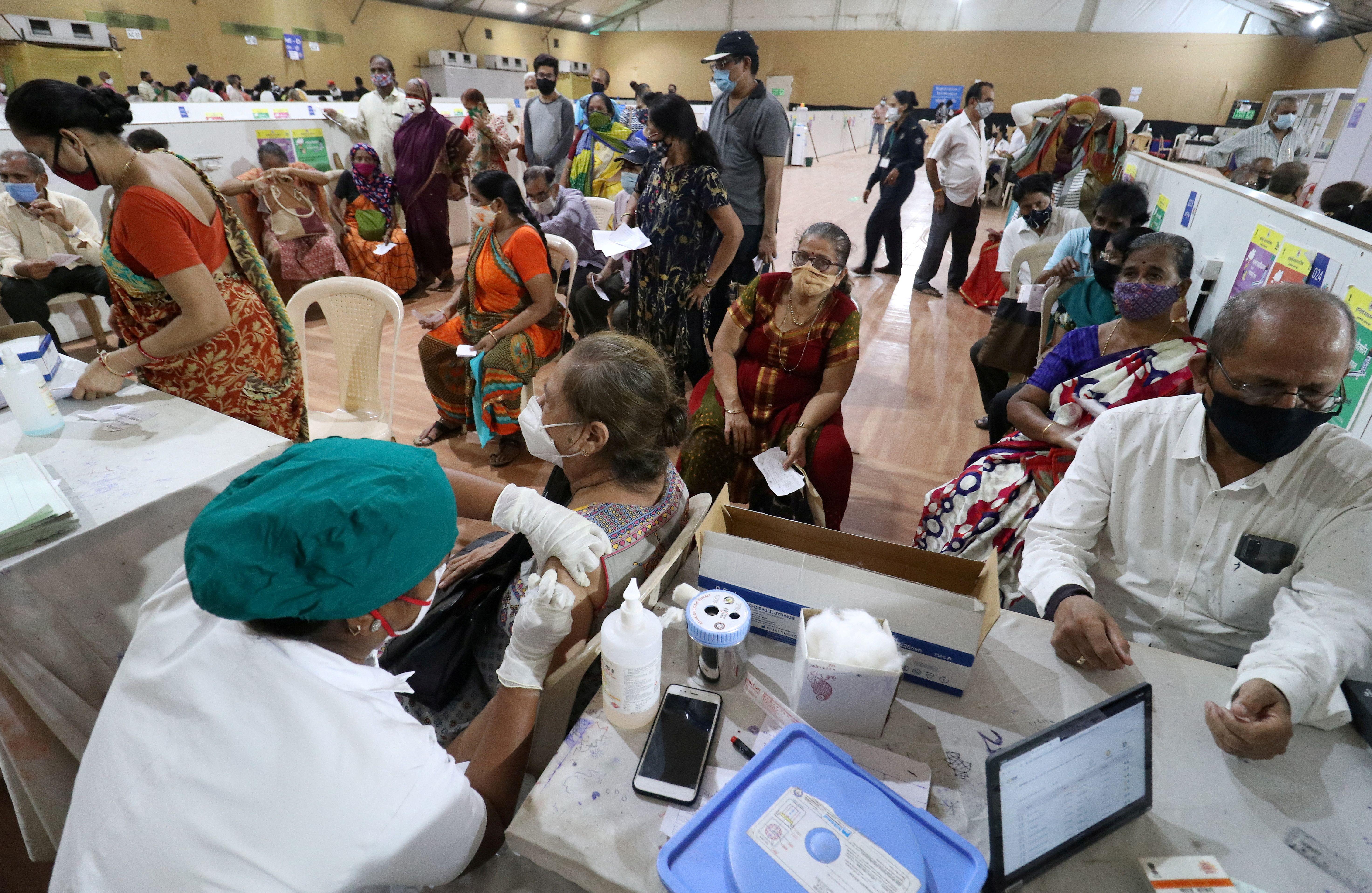 Dans un centre de vaccination contre le Covid-19 à Bombay, en Inde, le 26 avril