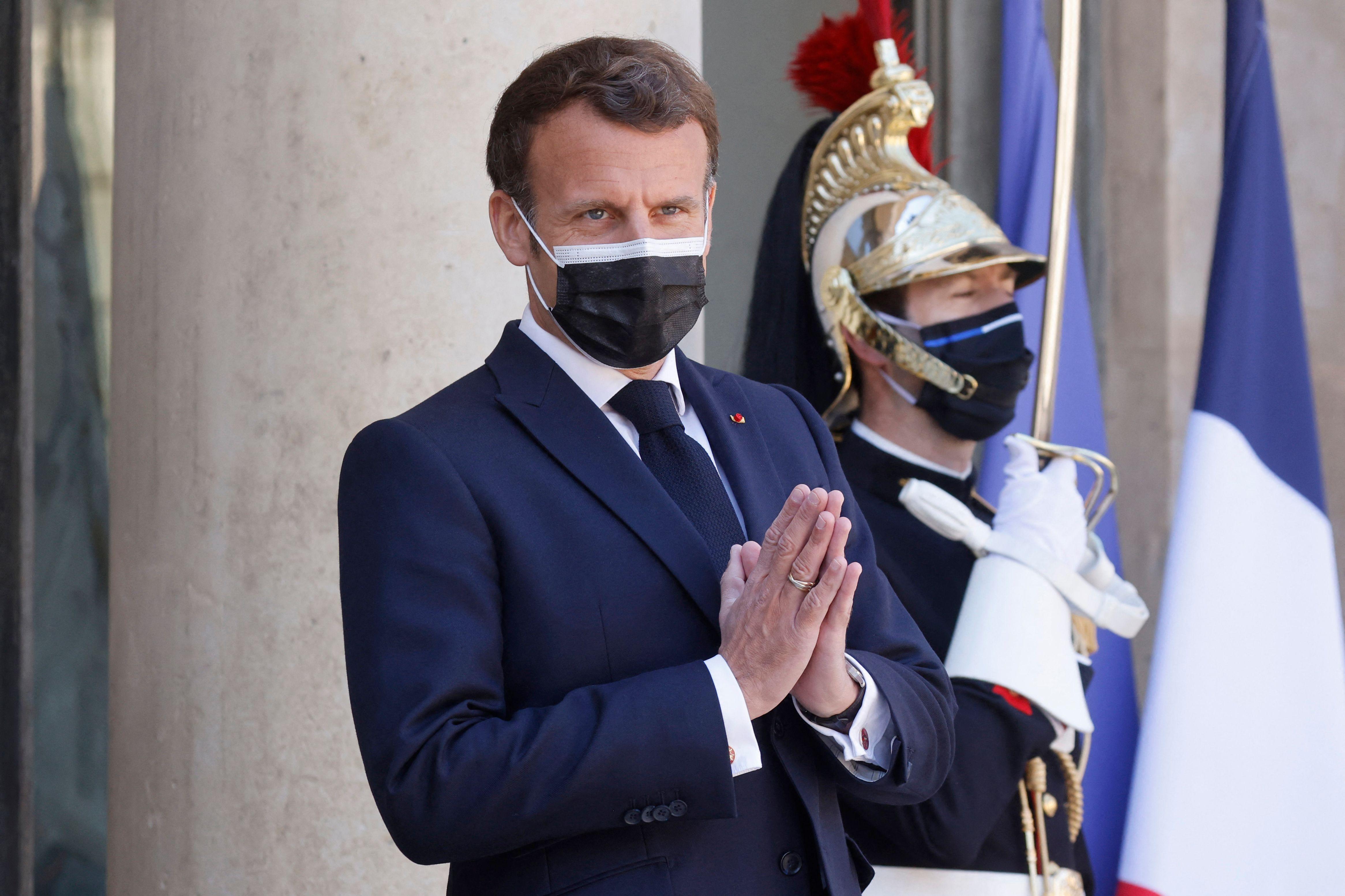 Selon Emmanuel Macron, qui s'exprimait devant des maires mardi 27 avril, le couvre-feu devrait rester...