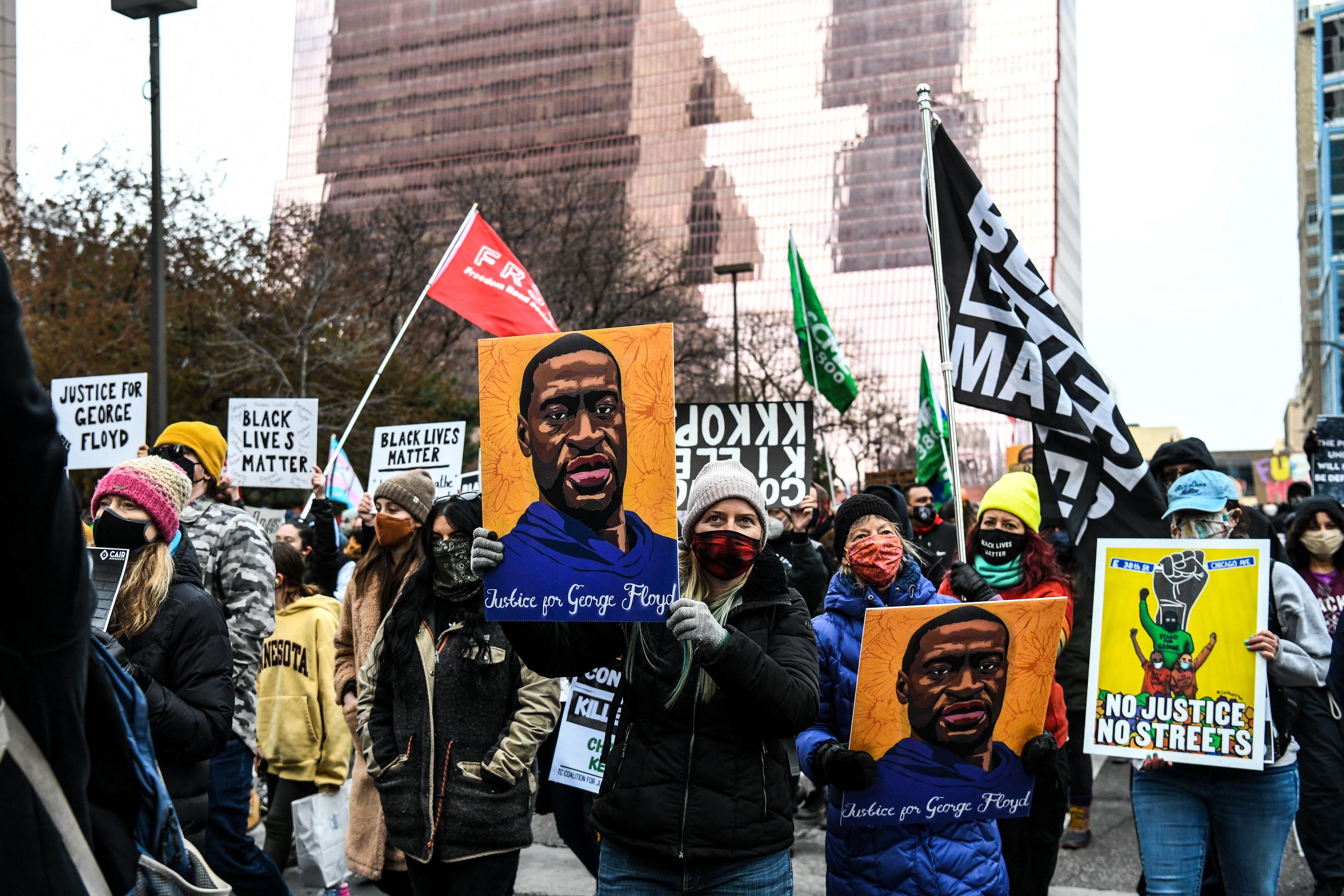 Verdict pour Derek Chauvin sur la mort de George Floyd (photo de manifestants à Minneapolis, Minnesota,...