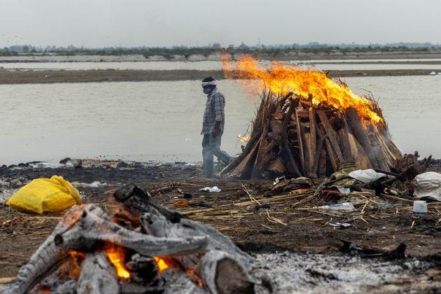 Les corps présumés du Covid-19 ont été brûlés ou enterrés...
