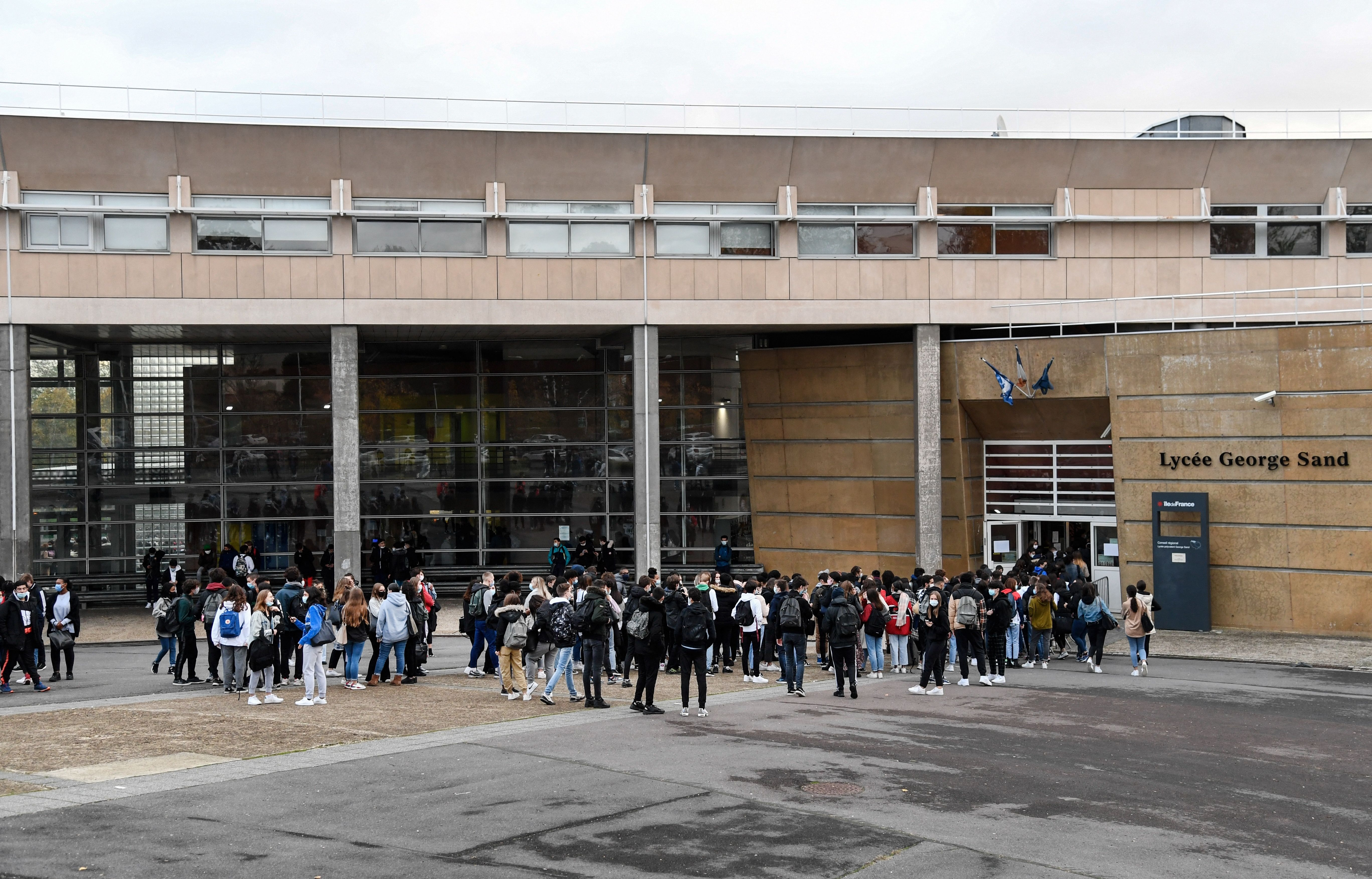 Devant le lycée Georges Sand à Domont (Val d'Oise), le 2 novembre 2020. (photo