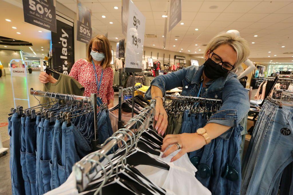 Un magasin de vêtements à Nordhausen en Allemagne, le 10 avril 2021. (Photo by Matthias Bein/picture...
