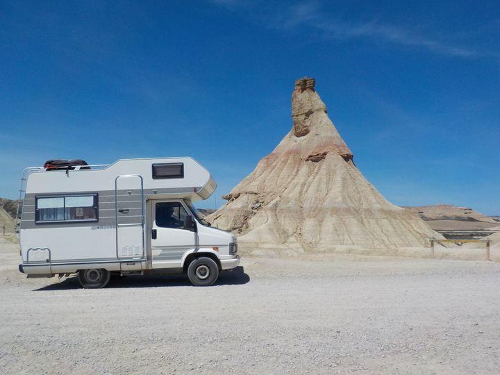 Le camping-car au désert des Bardenas (nord Espagne) avec la célèbre cheminée de fée