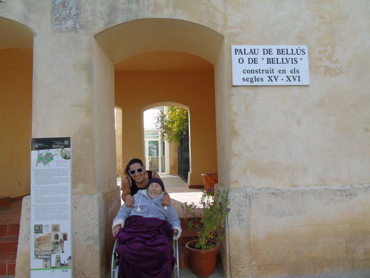 Fiona et sa grand-mère Dominique, à Bellus, en Espagne