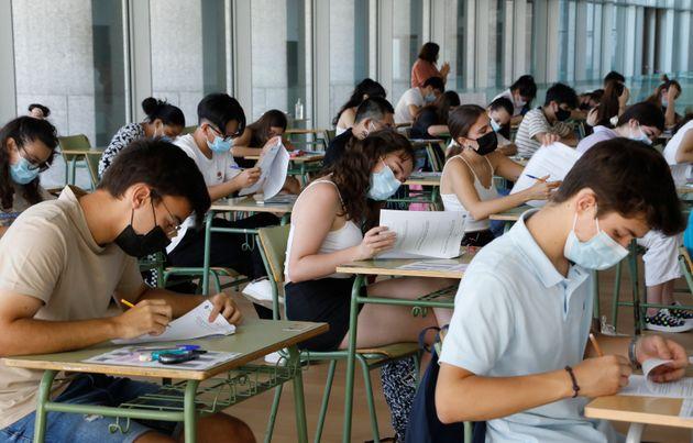 Avant la philo, le bac pro commence dès ce mercredi (Photo d'élèves masqués...