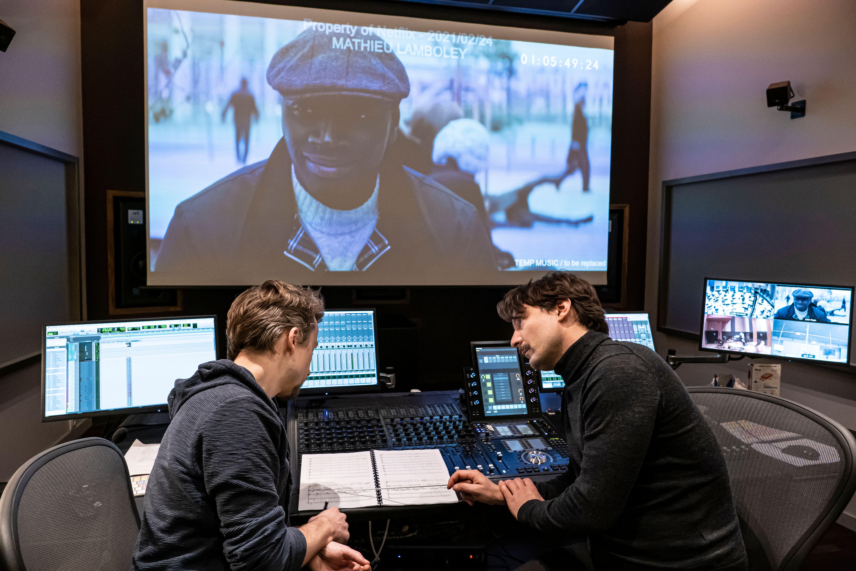 Le compositeur Mathieu Lamboley (à droite) lors d'une session d'enregistrement de la musique de...
